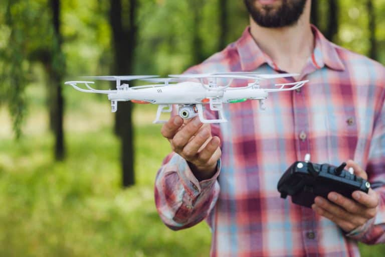 Hombre sujetando un dron