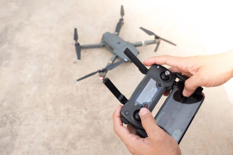 Una persona controlando un dron