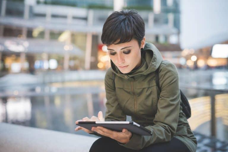 Mujer leyendo ebook