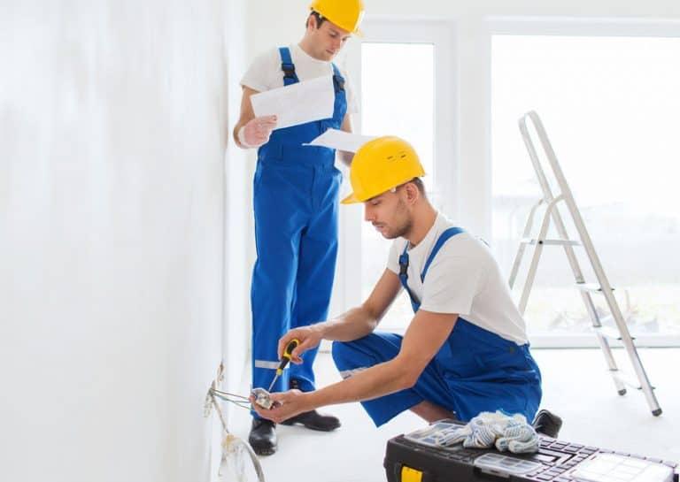 Hombres con ropa de trabajo y cascos