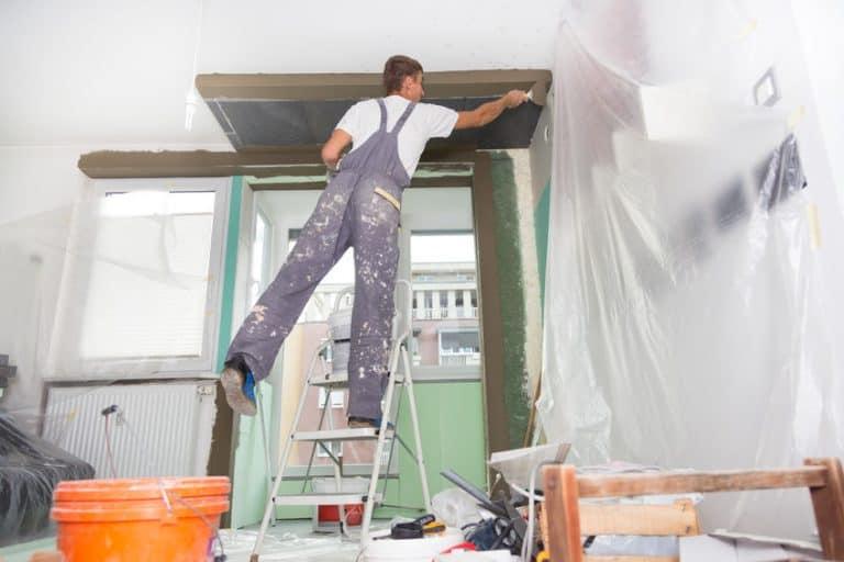 Un trabajador con una escalera