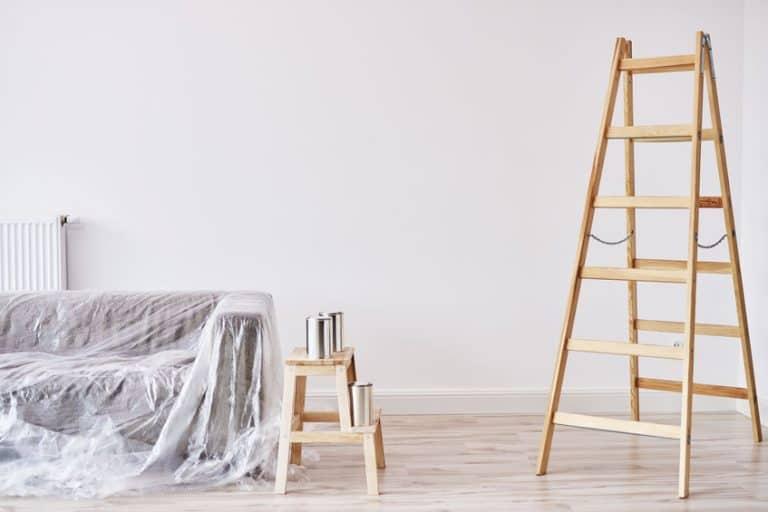 Una escalera en un apartamento