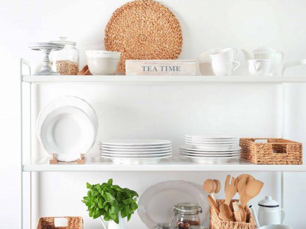 Una estantería con accesorios de cocina