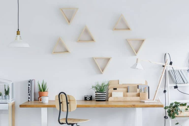 Una habitación con estanterías decorativas