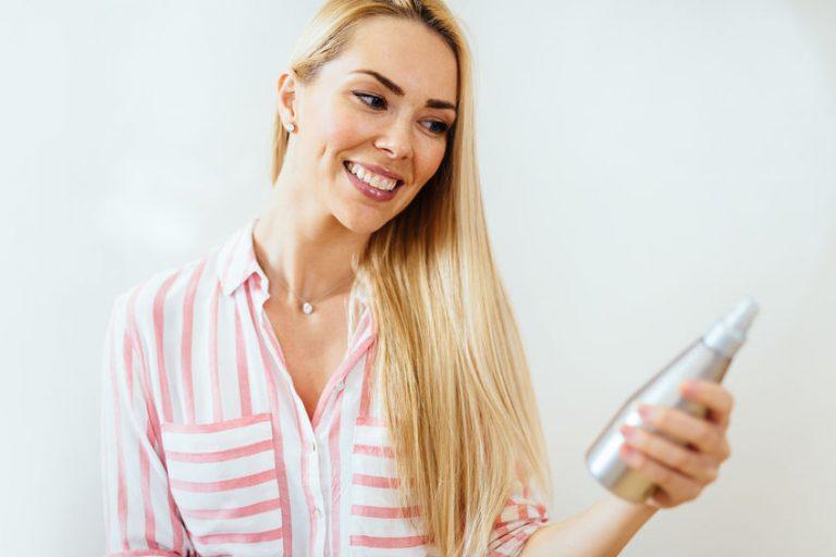 Mujer viendo producto