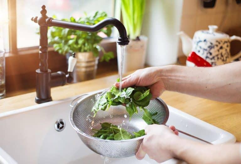 Mujer lava lechuga