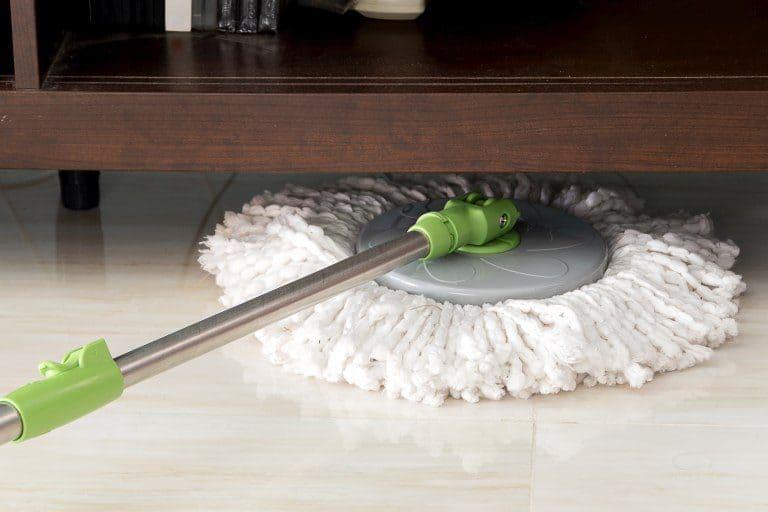Fregona tipo mopa sobre un suelo de mármol