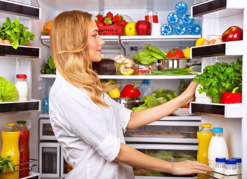 chica revisando el refrigerador