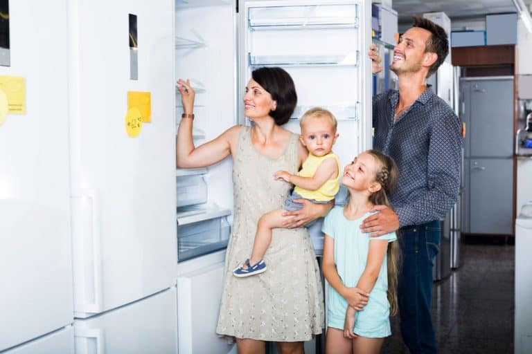 Una familia eligiendo frigorífico