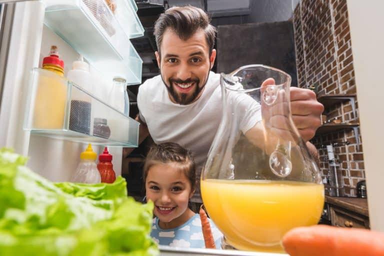 Un padre y su hija mirando dentro de un frigorífico
