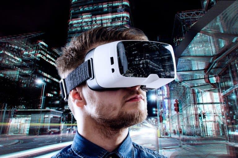 Hombre con gafas de realidad virtual