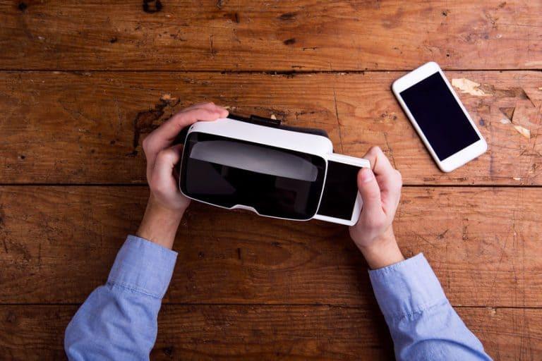 manos, gafas virtuales y celular