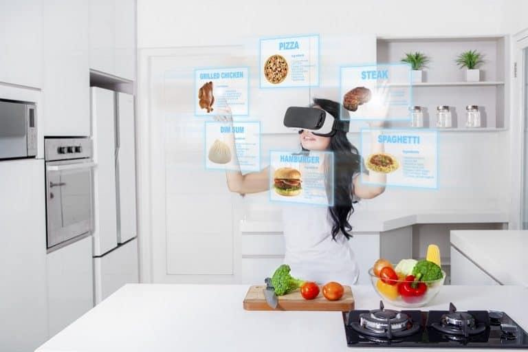mujer con gafas virtuales