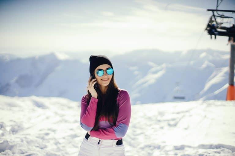 Una chica en la nieve con gafas de sol