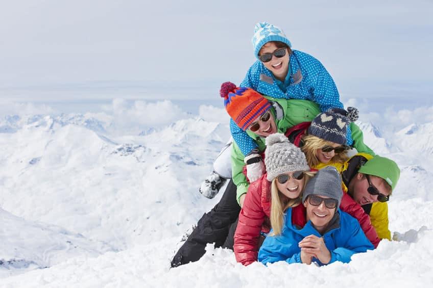 Un grupo de gente en la montaña con nieve con gafas