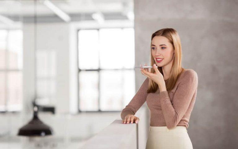 Mujer grabando voz