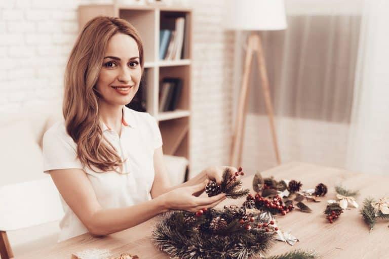 Mujer con arreglos navideños