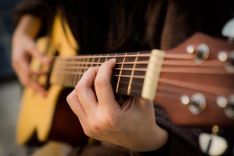 Hombre tocando guitarra española