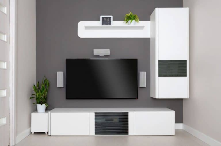 Home theater con muebles blancos