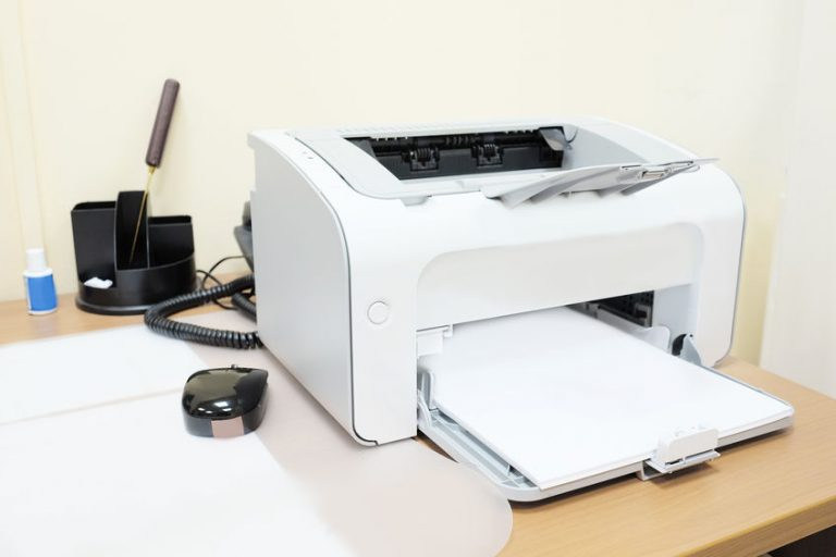 Impresora con paginas de papel bond