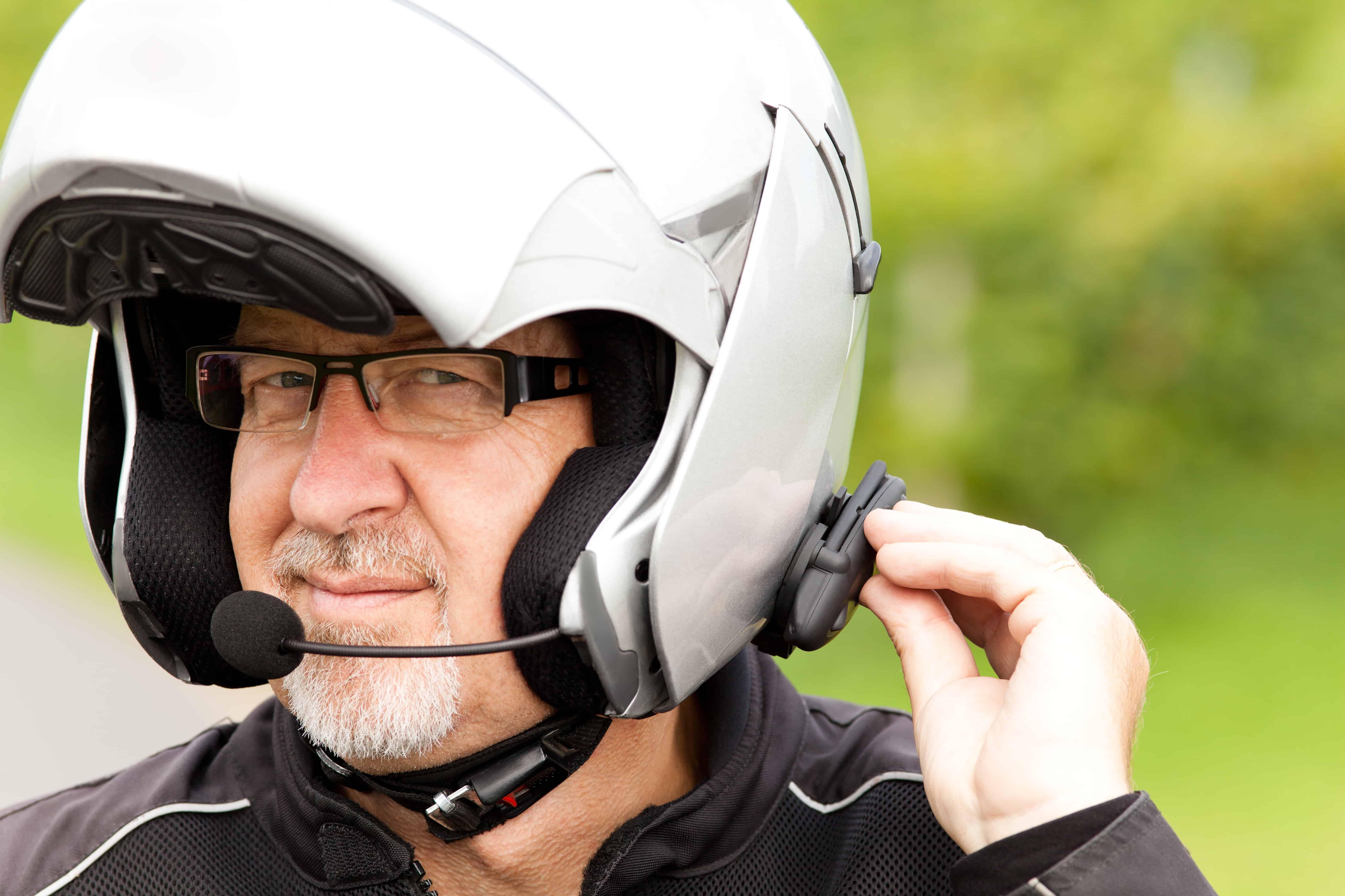 Un hombre con casco e intercomunicador para moto