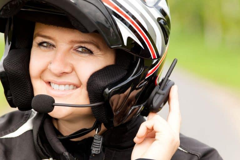 Una chica con casco e intercomunicador
