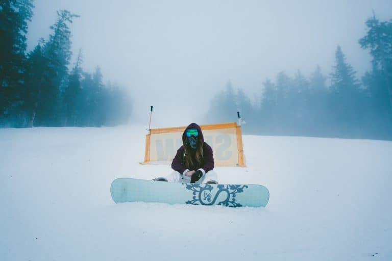 Hombre sentado en la nieve