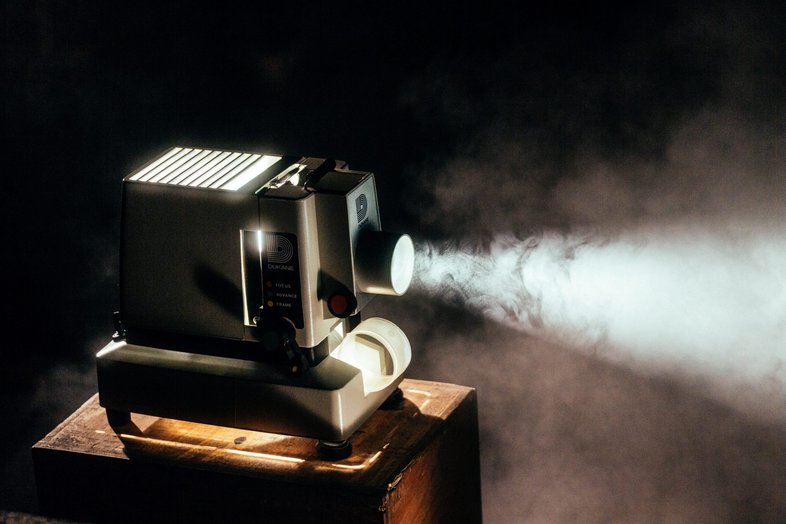 proyector retro con niebla en el salón
