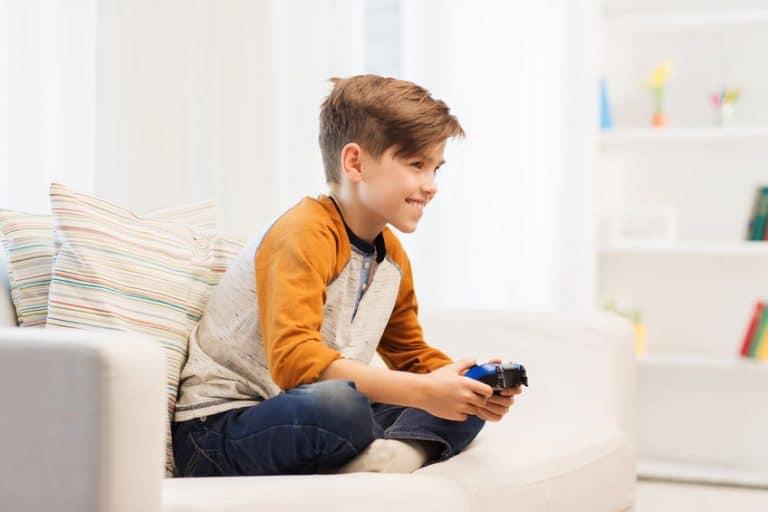 Un niño jugando a la Ps4