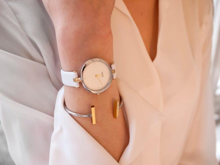 Muñeca de mujer con reloj