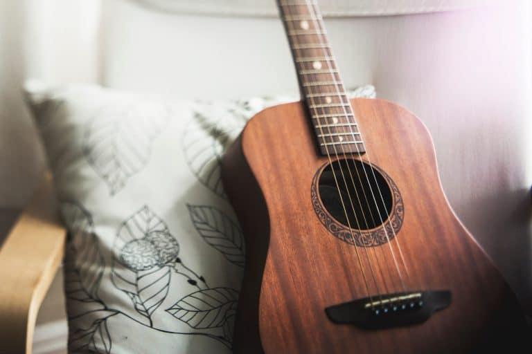 Guitarra sobre almohada