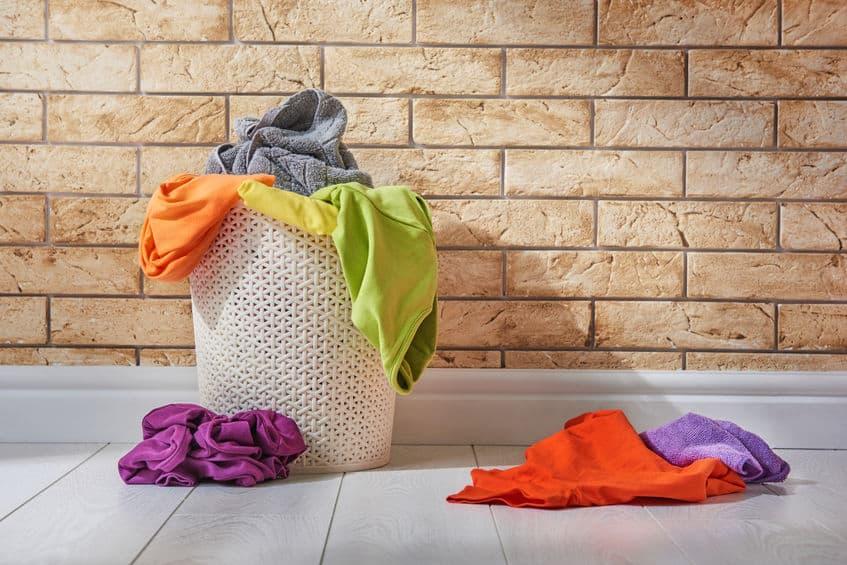 Una cesta de ropa sucia