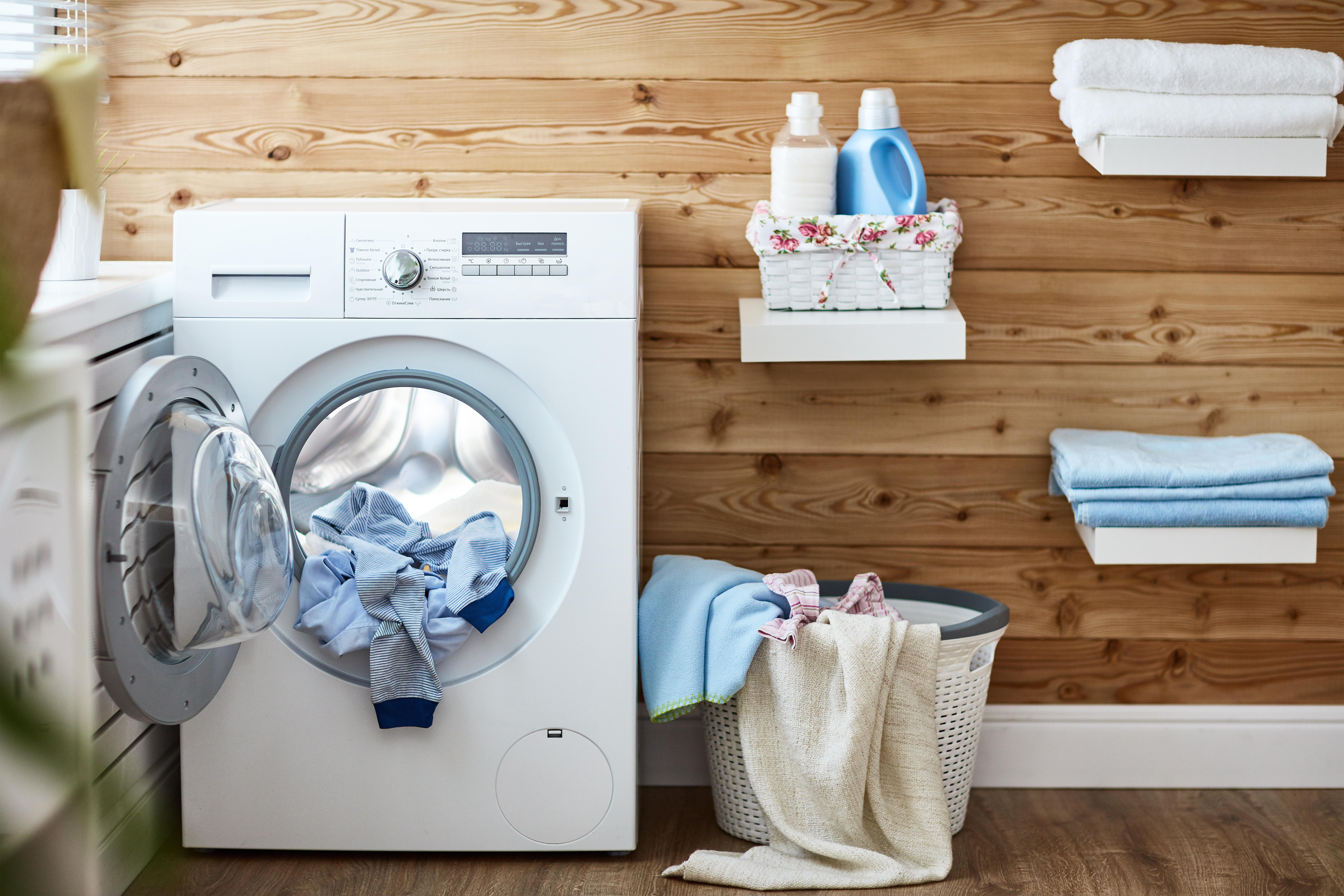Una lavadora con ropa dentro
