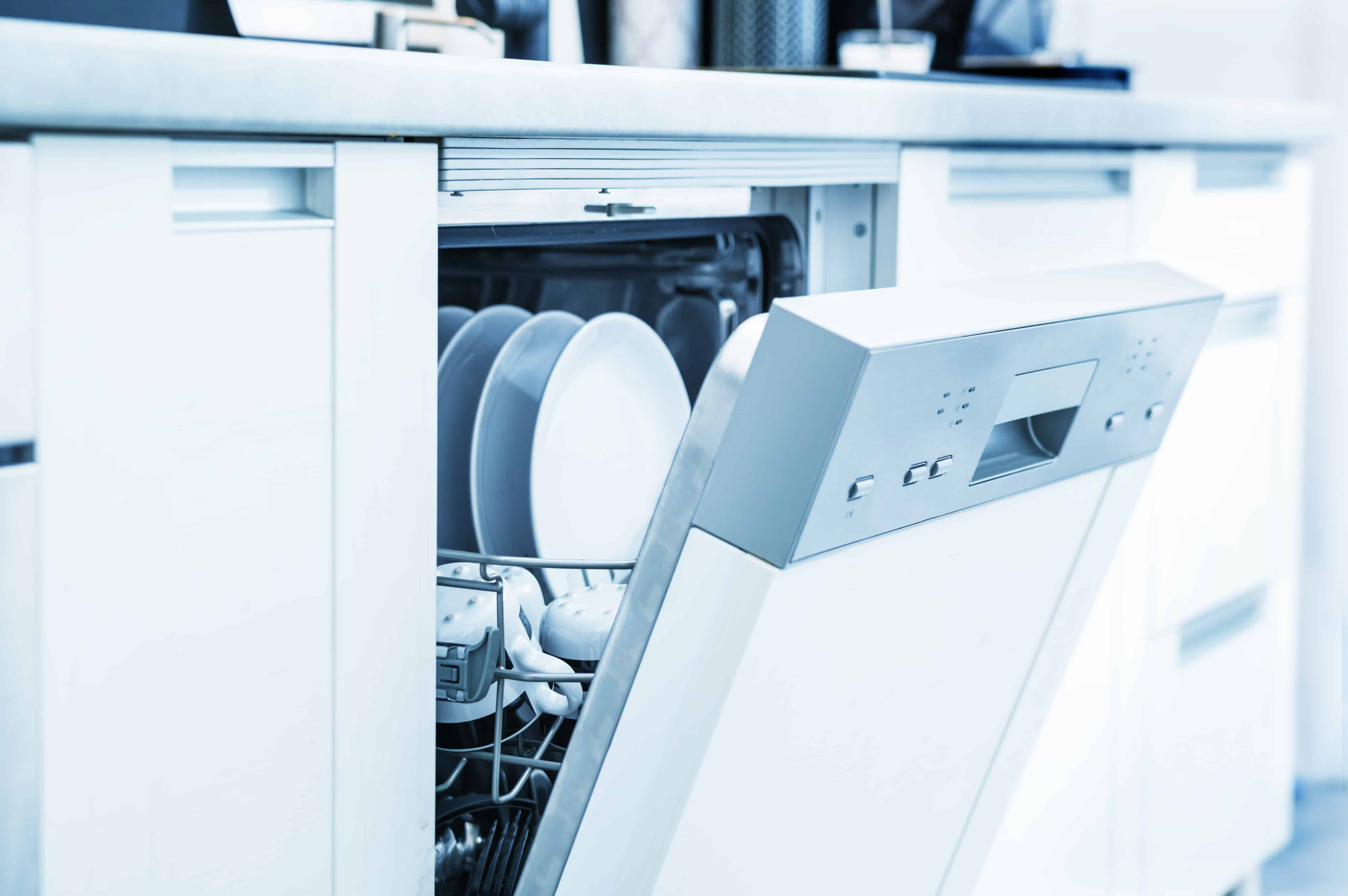 Un lavavajillas blanco medio abierto