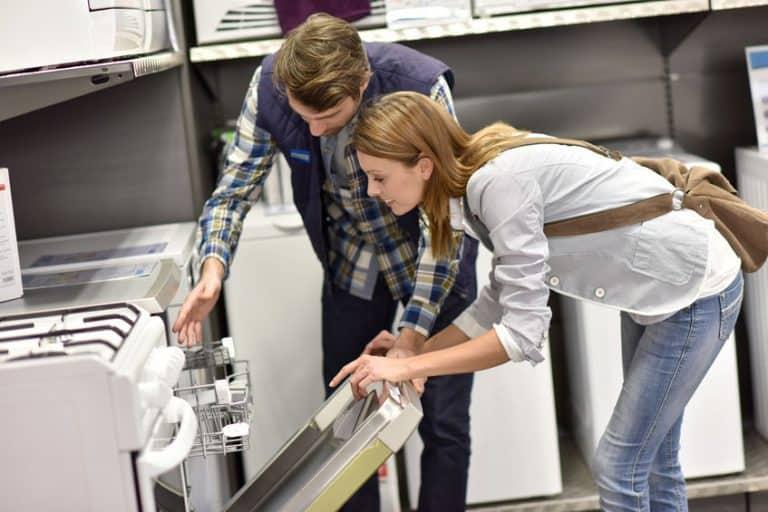 Una pareja eligiendo lavavajillas