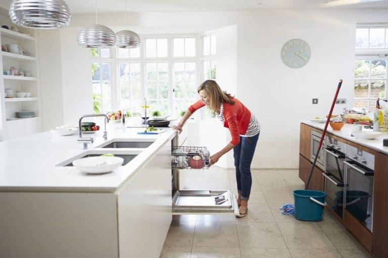 Una mujer poniendo el lavavajillas