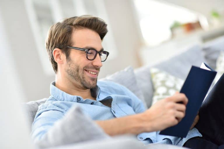 Hombre leyendo libro interesante