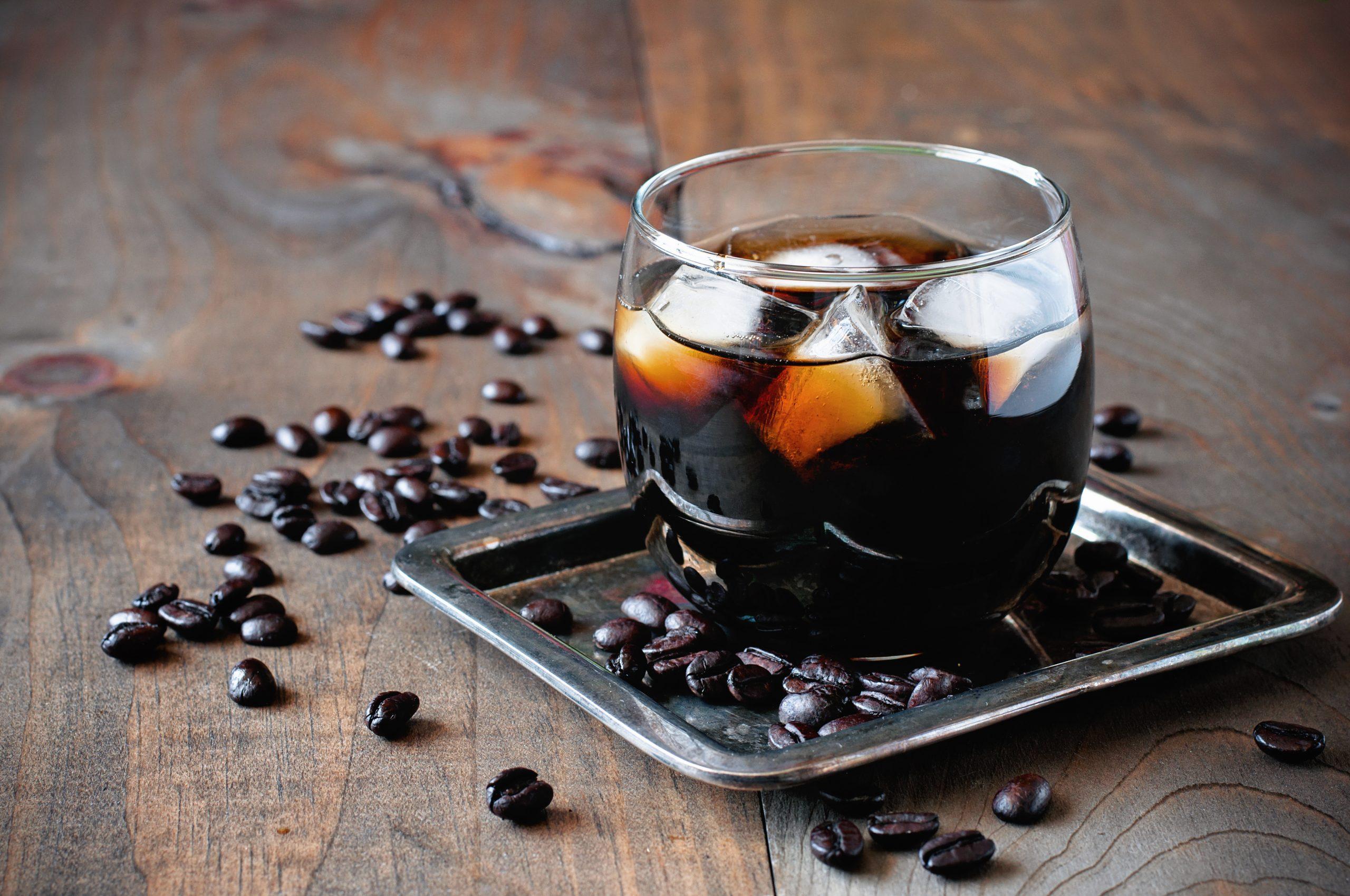 Una copa con licor café