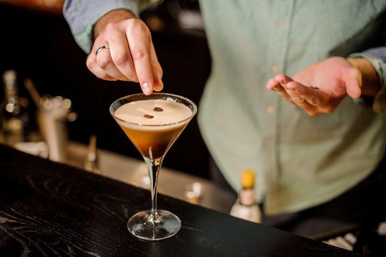 Una persona sirviendo un cocktail de licor café