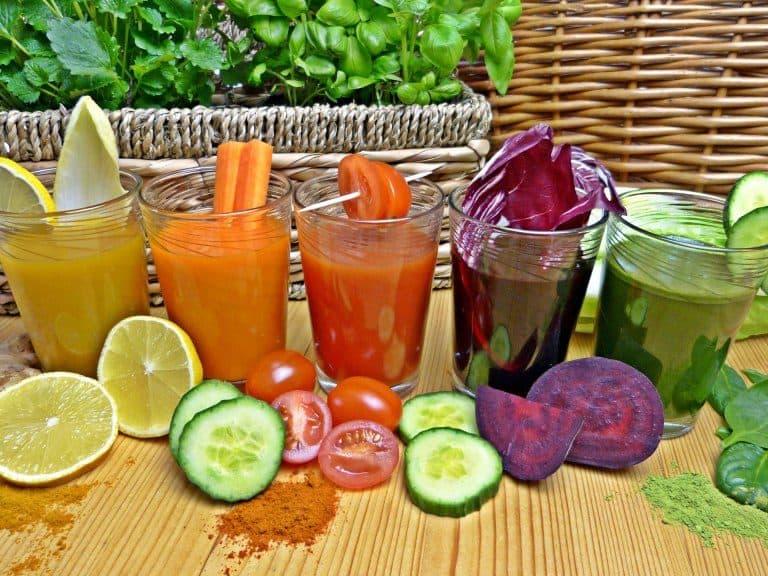 Varios vasos con diferentes zumos