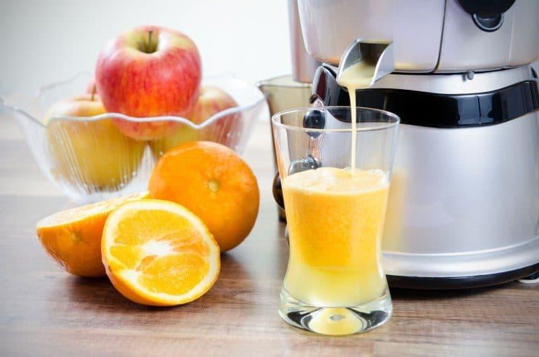 Una licuadora con zumo de naranja