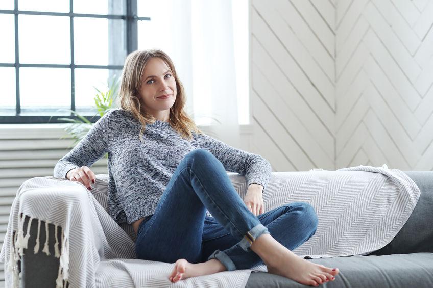 chica en sofá