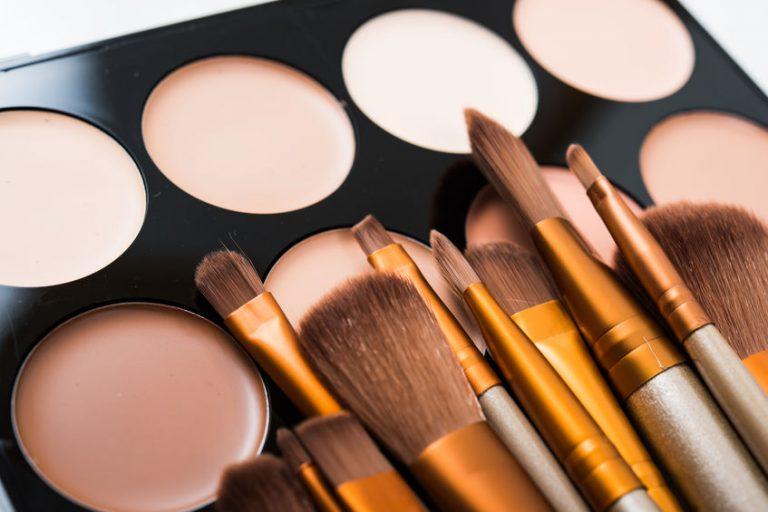 Brochas y paleta de maquillaje