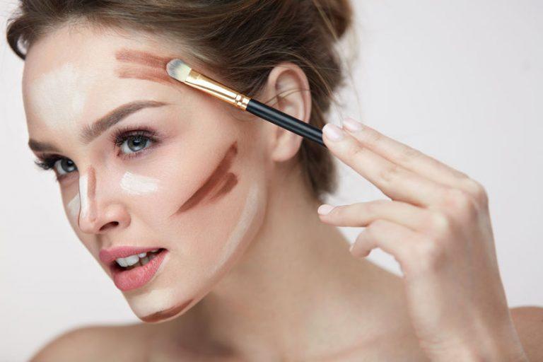Mujer con brocha de maquillaje