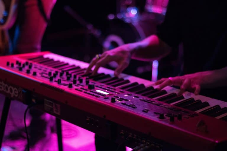 Joven tocando piano electrónico
