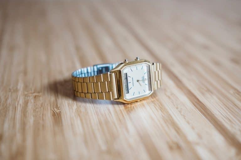 reloj sobre mesa