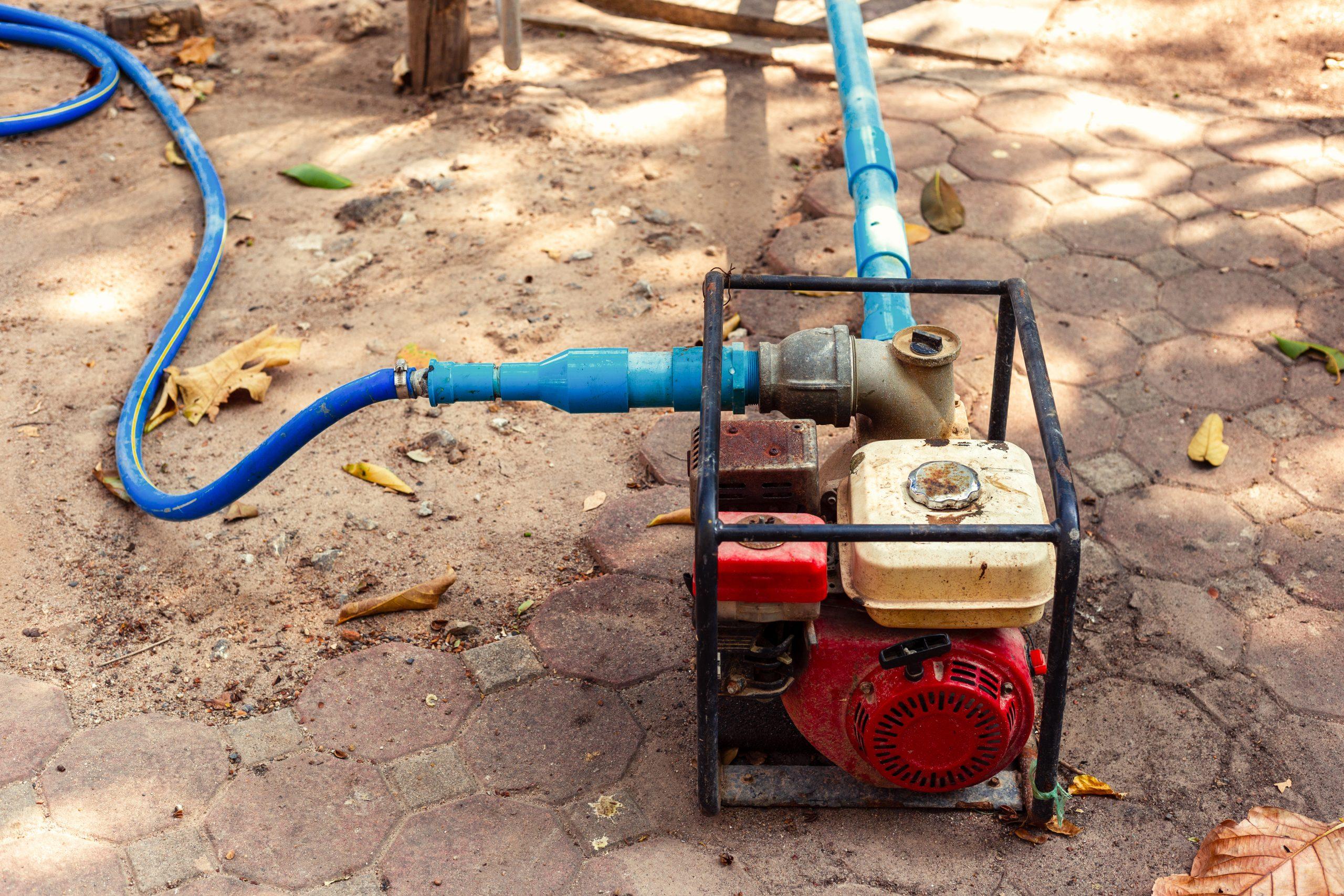 Una motobomba de gasolina funcionando