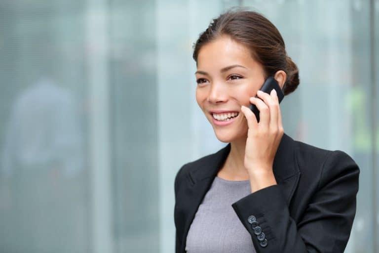 Una empresaria trabajando y hablando por teléfono