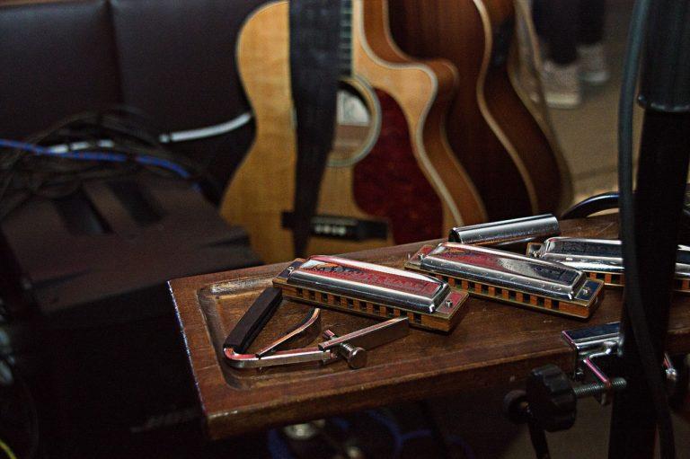 Armonicas sobre mesa