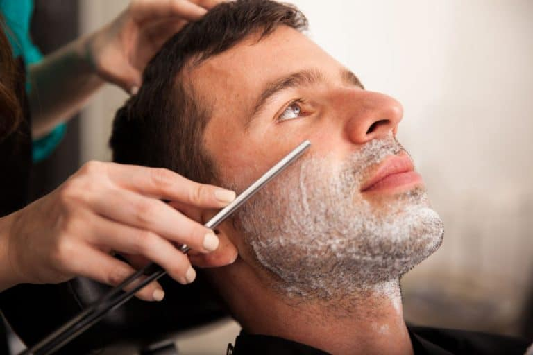 Barbero limpiando barba